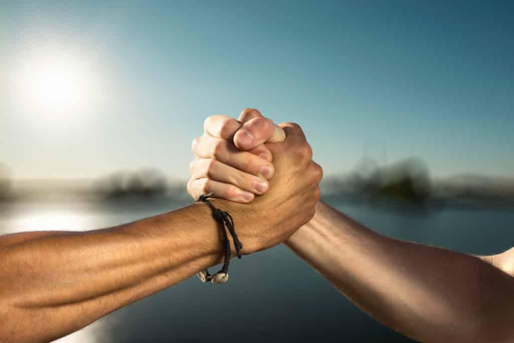 Zwei Personen reichen sich die Hand.