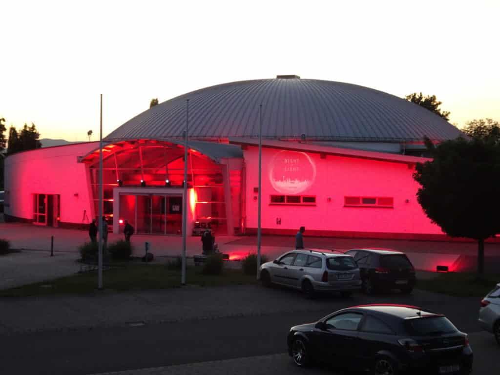 Bild der beleuchteten Kulturhalle