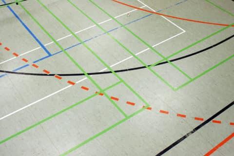 Turnhalle mit Spielfeldmarkierungen