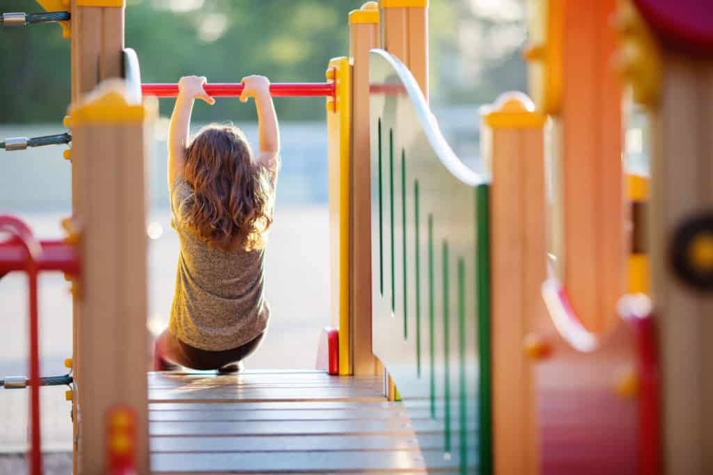 Kind spielt auf einem Spielplatz