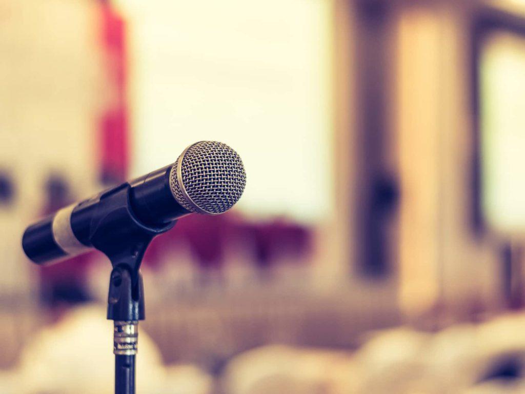 Bild eines Mikrofons in Front eines Festsaals