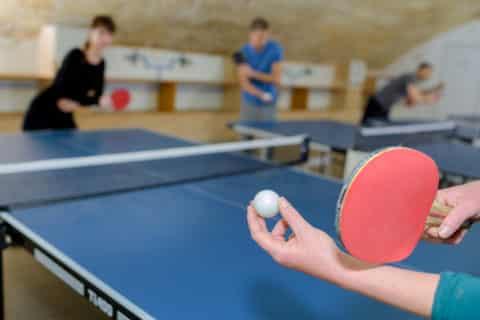 Personen spielen Tischtennis