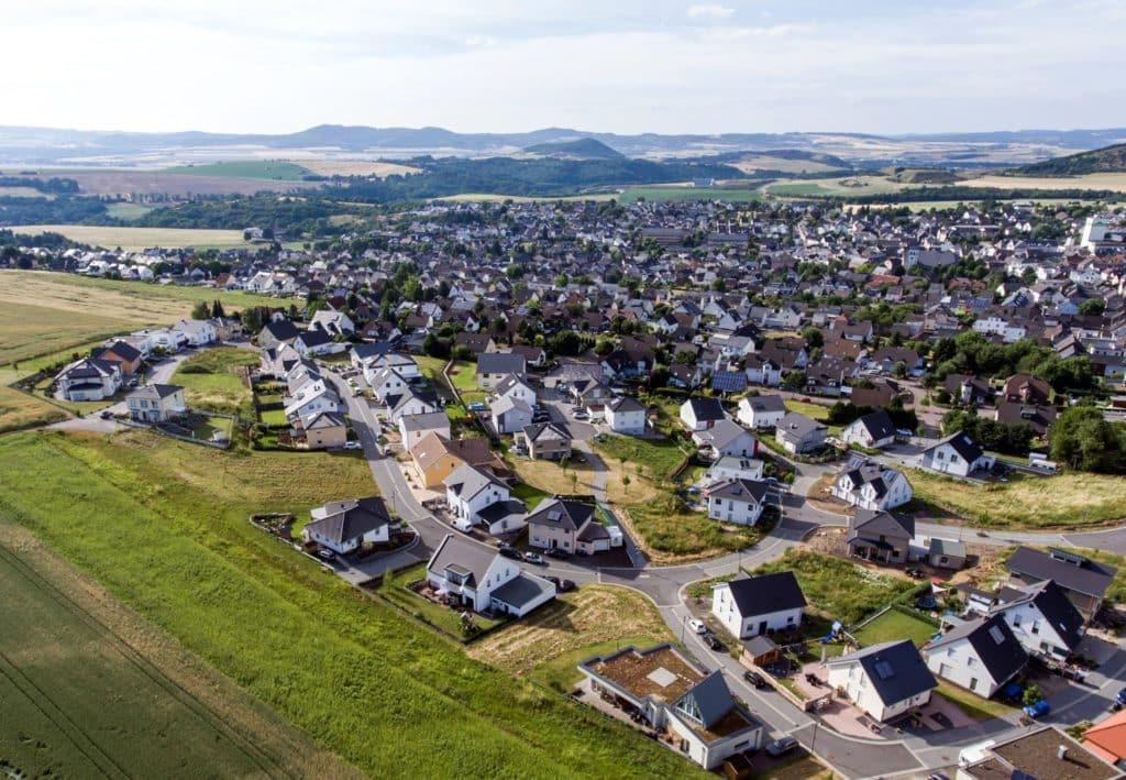 Eine Luftaufnahme der Ortsgemeinde Ochtendung bei blauem Himmel