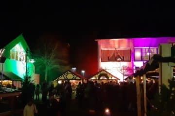 Bunt beleuchteter Weihnachtsmarkt
