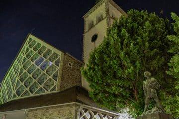 Von außen beleuchtete Kirche