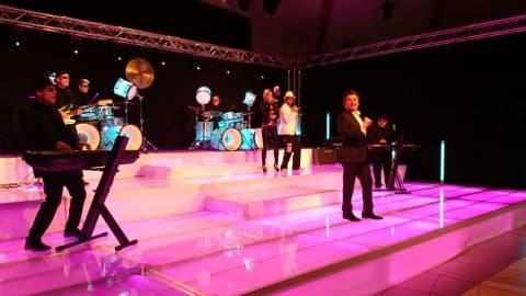 Thomas Anders und Band auf beleuchteter Bühne
