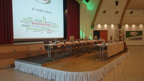 Konferenz mit bestuhltem Podium