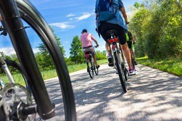 Gruppe von Radfahrern auf Radweg