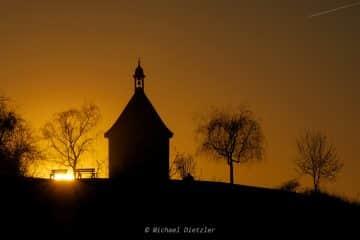 Dunkle Siluette der Marienkapelle im Sonnenuntergang