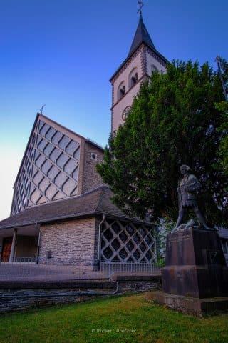 Kirche bei Dämmerung