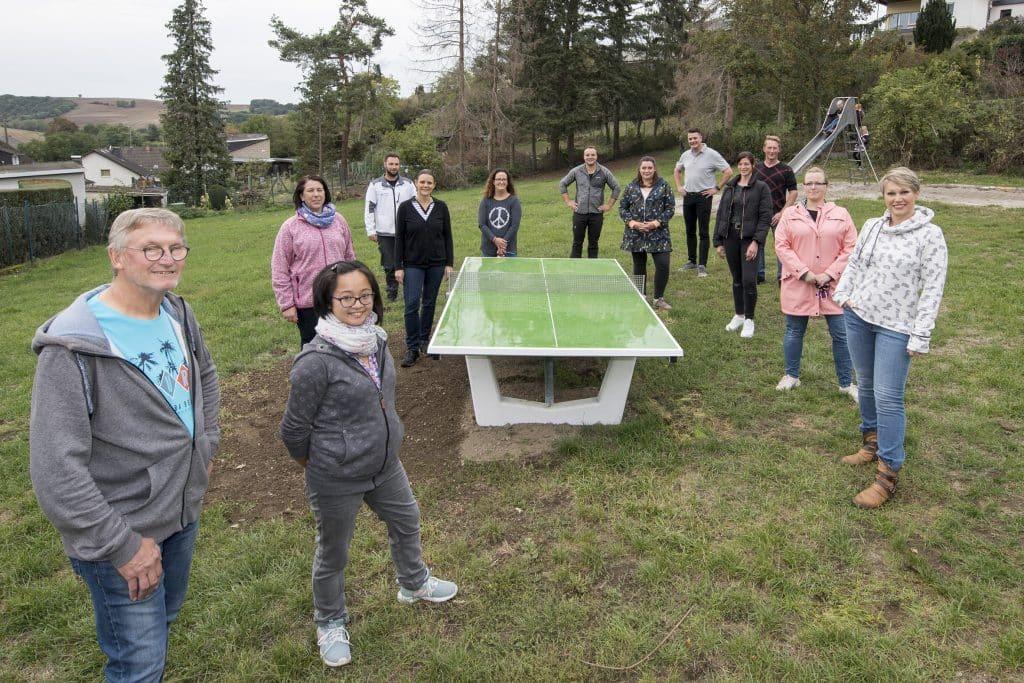 Die Näherinnengruppe um Nhung Giersch (vorne, Foto: Heinz Israel) übergab unter Beteiligung ihrer handwerklichen Unterstützer eine Tischtennisplatte und eine Balanciergerät auf dem Spielplatz 'Im Linnerich' der Öffentlichkeit.