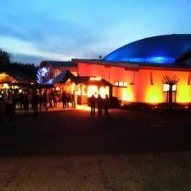 Außenansicht der beleuchteten Kulturhalle in der Dämmerung